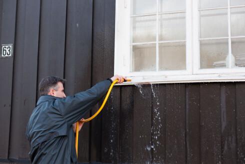 Har det regnet en stund, er husveggen våt, og du slipper å spyle den før du påfører vaskemiddel. Foto: Kristian Owren / Ifi.no
