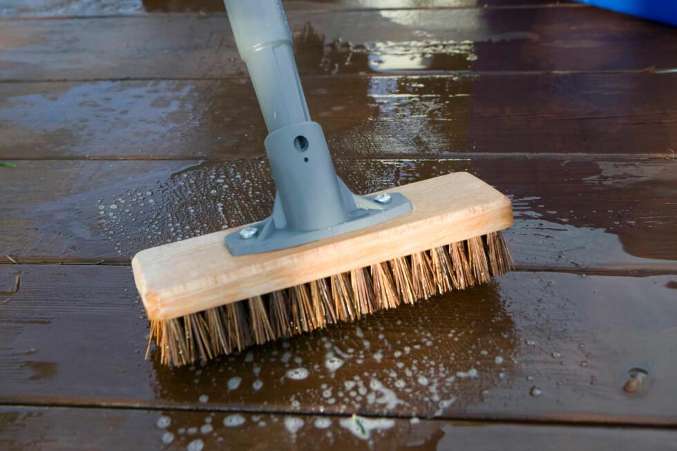Legg skuring av terrasseplank til en dag det er meldt regn, så tørker ikke middelet inn, er rådet fra Ifi.no. Foto: Ifi.no