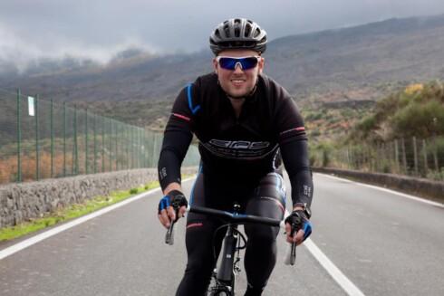 RACING:  Henrik kjører både racing- og terrengsykkel. Her på Sicilia ved vulkanen Etna.   Foto: Privat