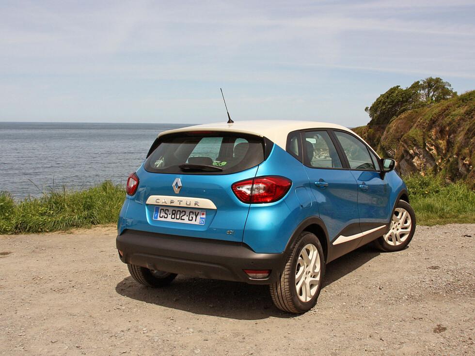 """Renault Captur er noe mer enn en Clio """"på stylter"""". Med sine noe større dimensjoner - særlig i høyden - er den romslig som bilene i klassen over. Og den har sin helt egne stil. Foto: Knut Moberg"""