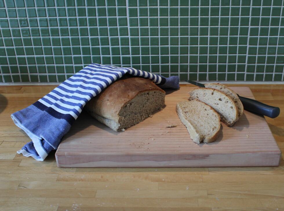 Saftig og luftig - og smakfullt brød som egner seg fint som både tilbehør til suppe - og med nyrørt blåbærsyltetøy.  Foto: Elisabeth Dalseg
