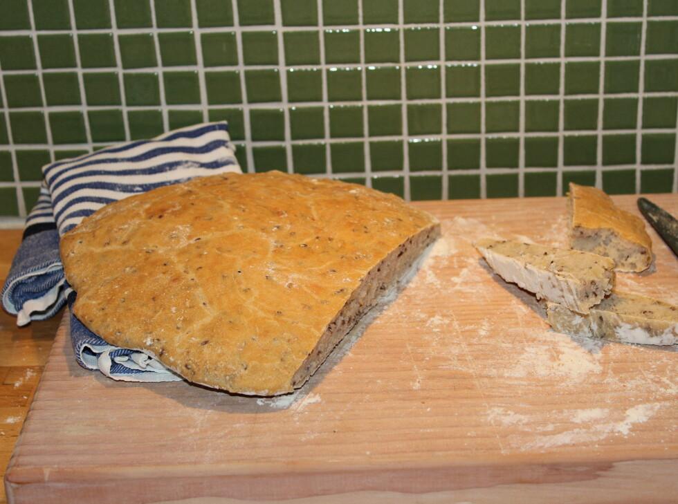 24 timer senere: To flate litt harde brød i form, og et stort og fluffy, men like fullt utflytt, brød på plate.  Foto: Elisabeth Dalseg