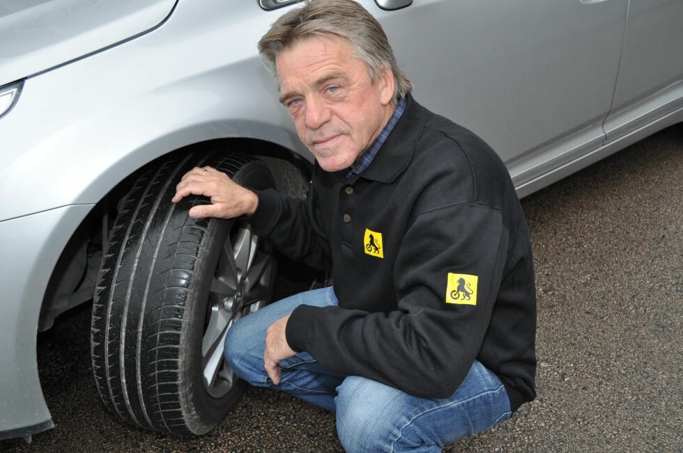Jan Ivar Engebretsen i NAF kan fortelle at også i år har mange bilister hatt behov for hjelp på grunn av løse bolter og hjulmist. Foto: NAF