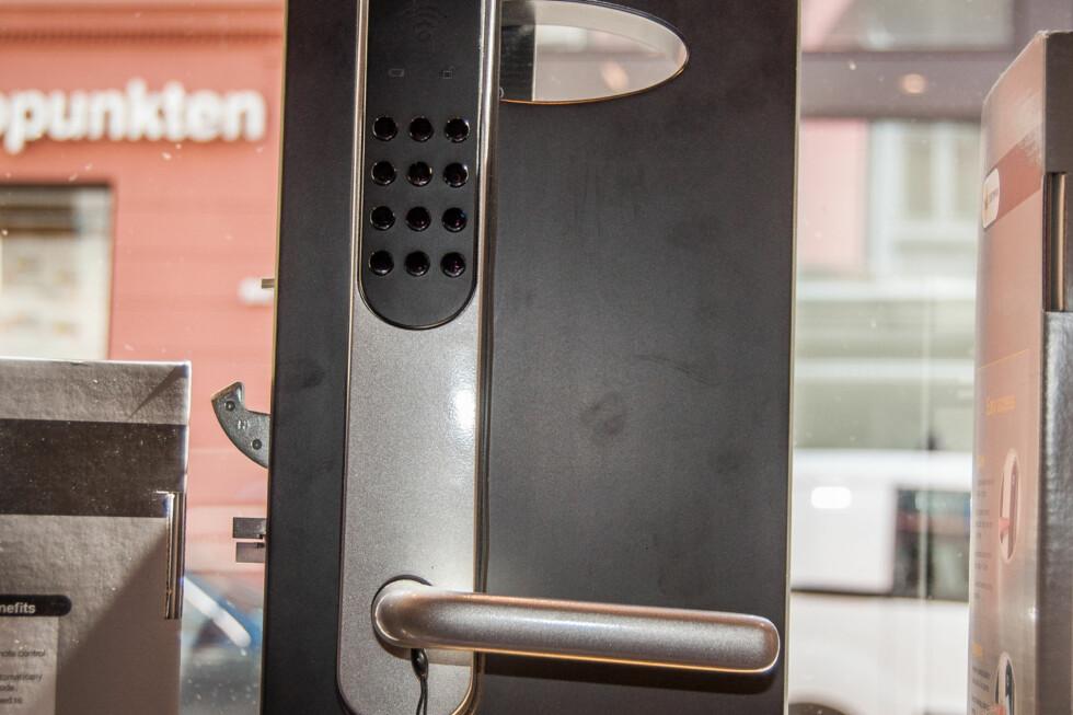Yale Doorman er en alt-i-ett-løsning. Med denne låsen kan du bruke brikke, kode eller fjernkontroll, og de fungerer parallelt med hverandre. Foto: Gaute Beckett Holmslet