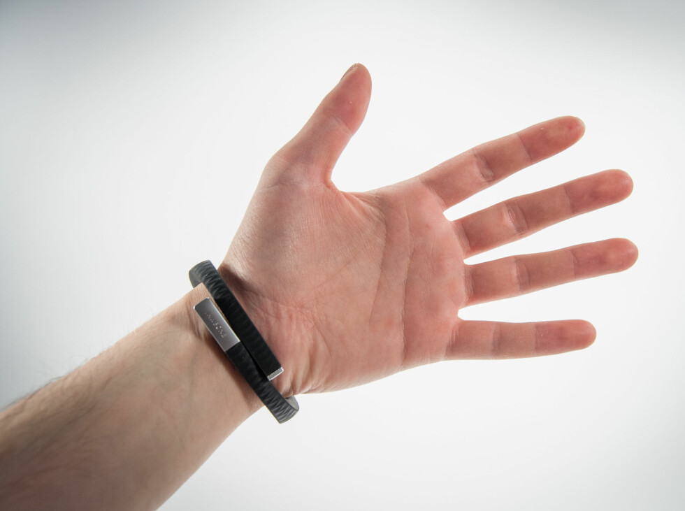 Armbåndet sitter greit på håndleddet, men føltes litt for stort siden vi fulgte Jawbones anbefaling om å gå oppp en størrelse. Foto: Gaute Beckett Holmslet
