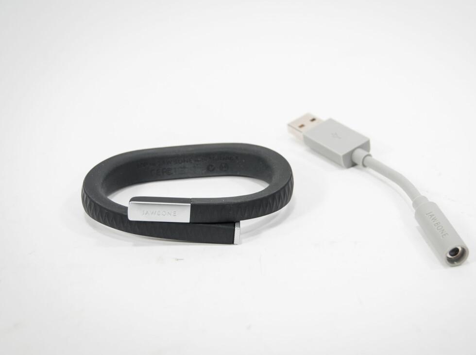 Up-armbåndet lades via datamaskinens USB-port. Også her kobles den via mini-jack. Foto: Gaute Beckett Holmslet