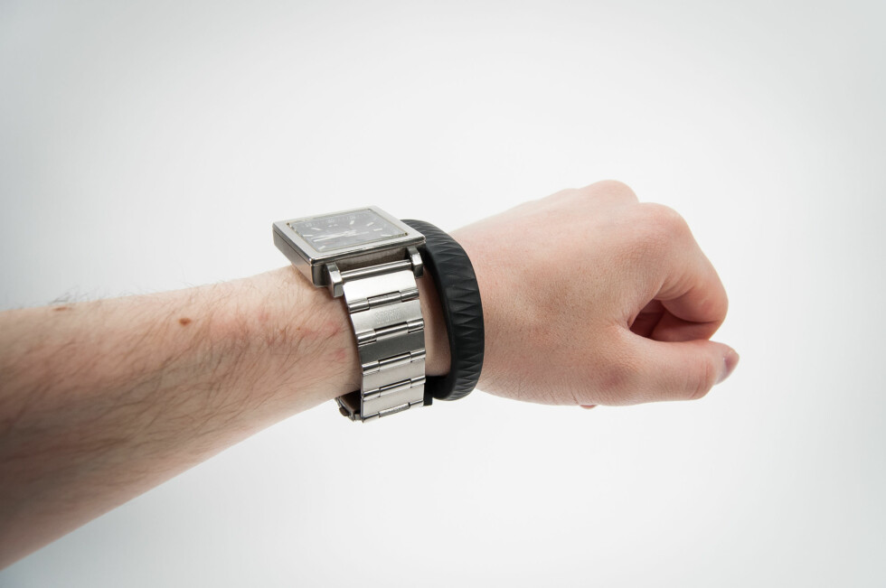Med både armbåndsur og armbånd blir det trangt om plassen. Kanskje kunne de to vært kombinert? Foto: Gaute Beckett Holmslet