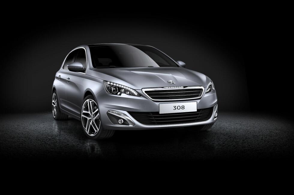 Her er nye Peugeot 308. For første gang i historien bruker Peugeot samme nummer på en helt ny bil som på forgjengeren. Bilen er like stor som utgående 308, men er mye lettere og har større bagasjerom. Den er med andre ord bedre rustet til å gå i strupen på sin argeste konkurrent: VW Golf. Foto: Peugeot