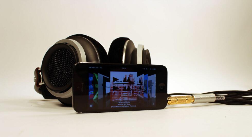 Hodetelefoner som låter bra og ser dyrere ut enn de er. Det liker vi. Men den pluggen... Foto: Øyvind Paulsen