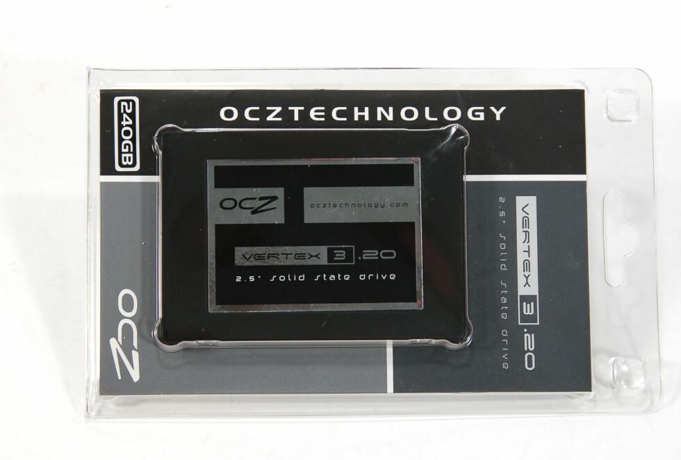Enkelt og greit: For å kutte prisen leveres SSD-en i en enkel plastemballasje, det følger heller ikke med kabler, skruer, monteringsskinne eller annet i pakken. Foto: Brynjulf Blix