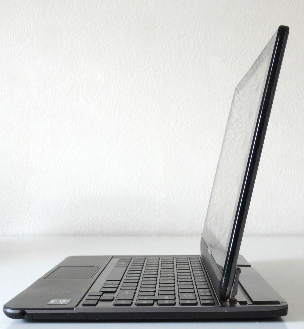 Ca 20% av tastaturplaten forsvinner bak skjermen. Dermed blir det litt trangt for både tastatur og pekeplate.