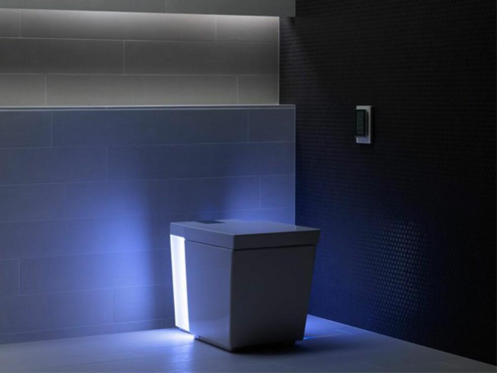 GOD STEMNING: Stemningslys i sju farger er strengt tatt den minst avanserte funksjonen med dette super-toalettet.