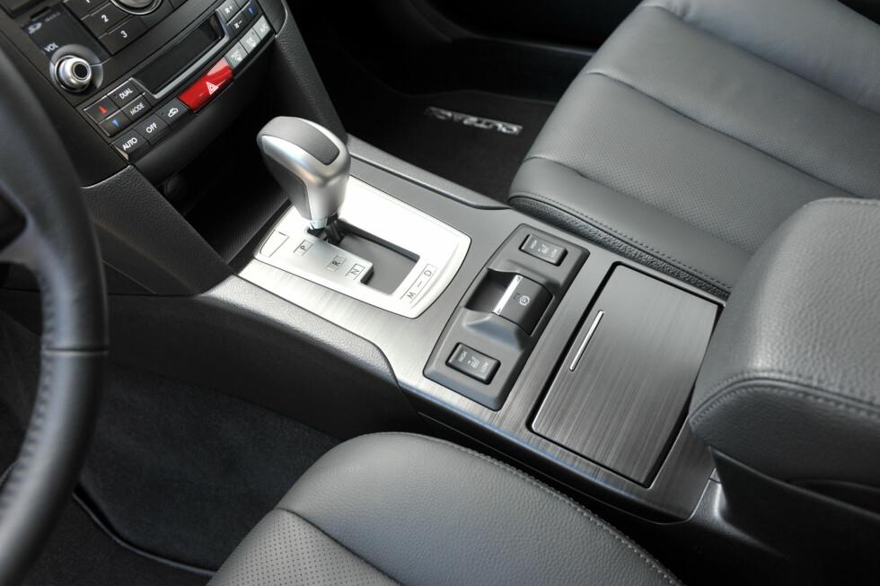 """Her betjenes den viktigste nyheten i den oppgraderte Subaru Outback. """"Trinnløs 7-trinns"""" automat - i kombinasjon med den kultiverte og råsterke bokser-dieselen. Den romslige og velkjørende crossoveren har dermed fått den drivlinjen som passer best til det norske markedet."""