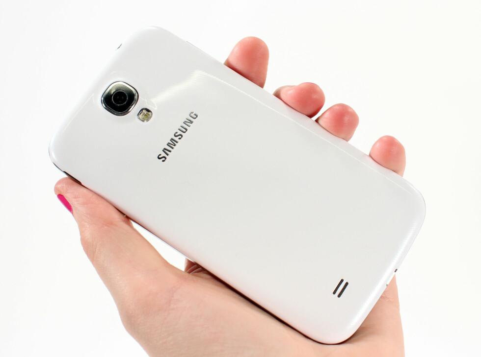 Samsung klamrer seg fast til sitt sitt glansede bakdeksel. Hot eller not? Det er det delte meninger om.  Foto: Kirsti Østvang