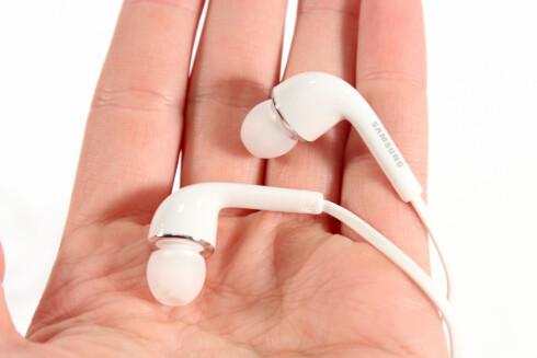Øreproppene som følger med Galaxy S4 har helt grei lydkvalitet, men de må stikkes ganske langt inn i øret for at man skal høre noe av bassen. Foto: Kirsti Østvang