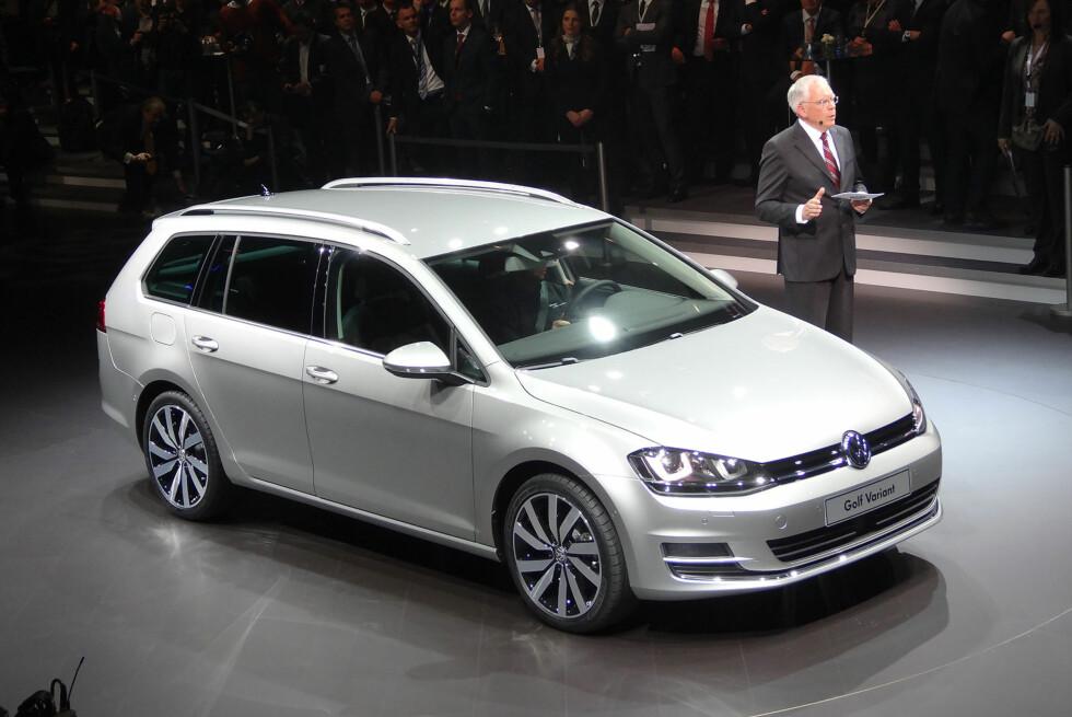 Her viser Volkswagen-sjefen frem nye Golf Variant i anledning konsernfesten kvelden før Genève-utstillingen åpnet. Foto: Fred Magne Skillebæk