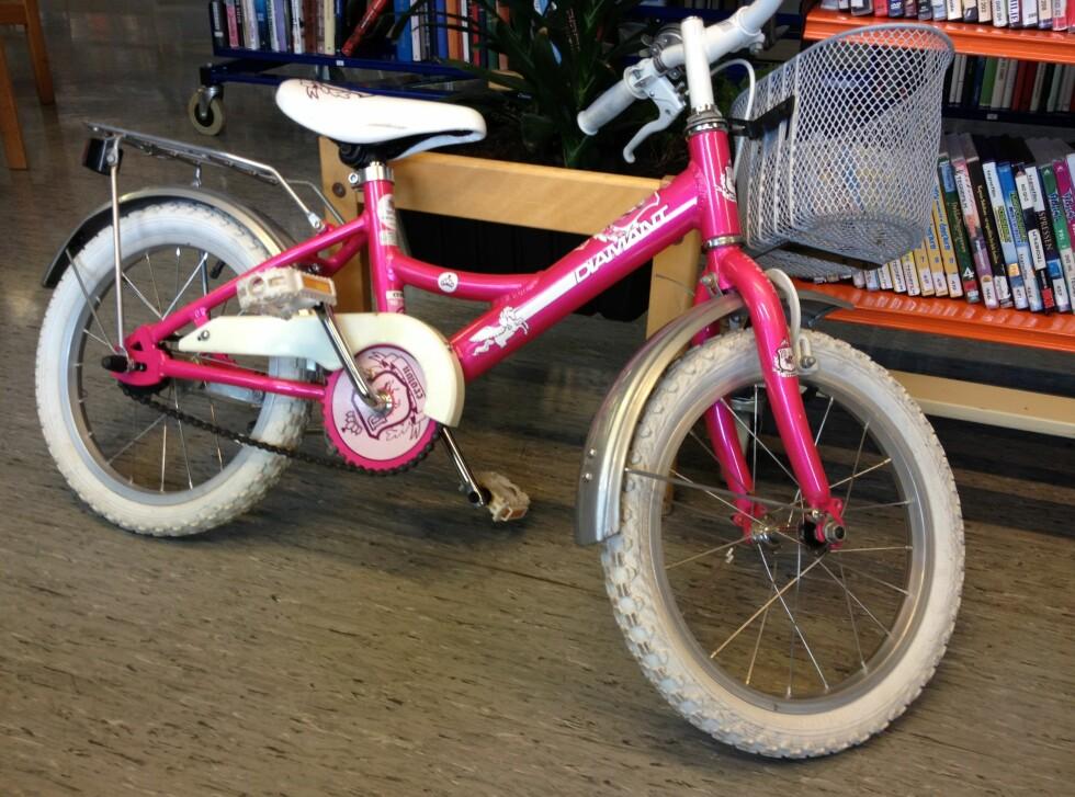 Tana bibliotek har totalt 10 sykler til utlån. Foto: Berit B. Njarga
