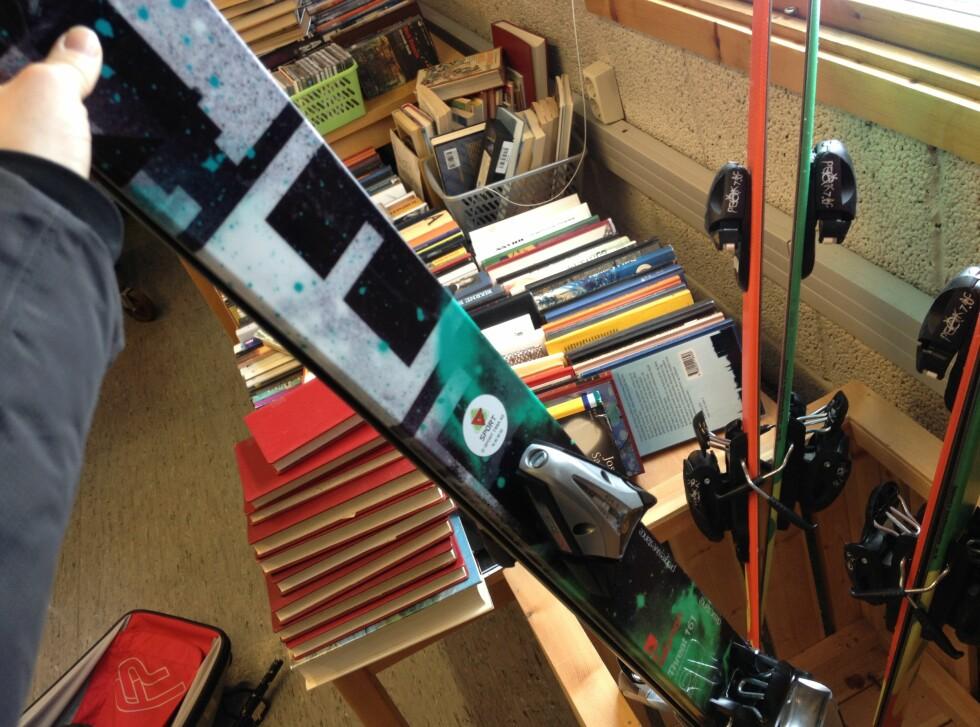 Twintip-skiene er spesielt populære, og det var bare noen få par inne da DinSide stakk innom biblioteket i Tana. Foto: Berit B. Njarga