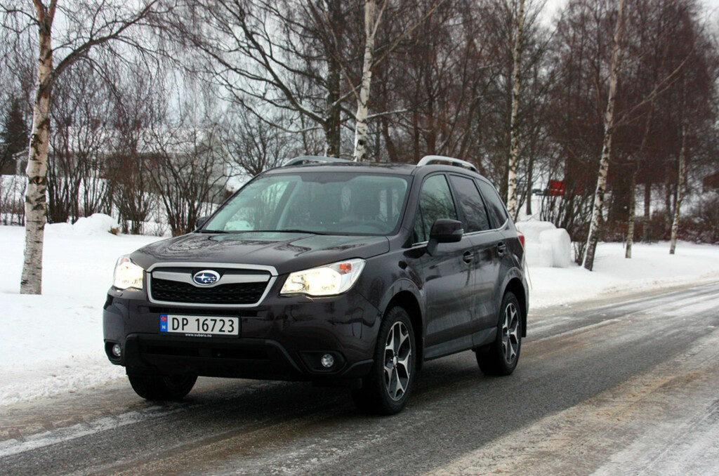 Nye Subaru Forester er blitt mer voksen, og de egenskapene mange satte pris på hos forgjengerne, er der fortsatt. Bilen har mer plass, utstyr og praktiske egenskaper og er i tillegg både velkjørende og lettkjørt. Den er imidlertid ikke noen teknologisk banebryter verken når det gjelder miljø eller sikkerhet.  Foto: KNUT MOBERG