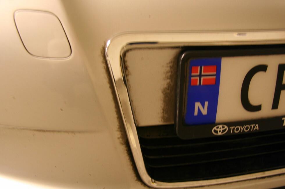 Det er tydelig at vaskeautomaten har slurvet i kanten og ved skiltet.  Foto: Jan Ivar Engebretsen