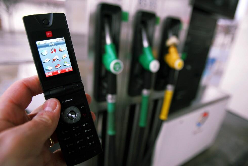 Du bør skru den av, ifølge Esso! Mobilbruk og fylling av drivstoff er generelt en dårlig ide. Statisk elektrisitet eller gnister dersom du skulle miste mobilen i bakken, kan antenne. Foto: Colourbox
