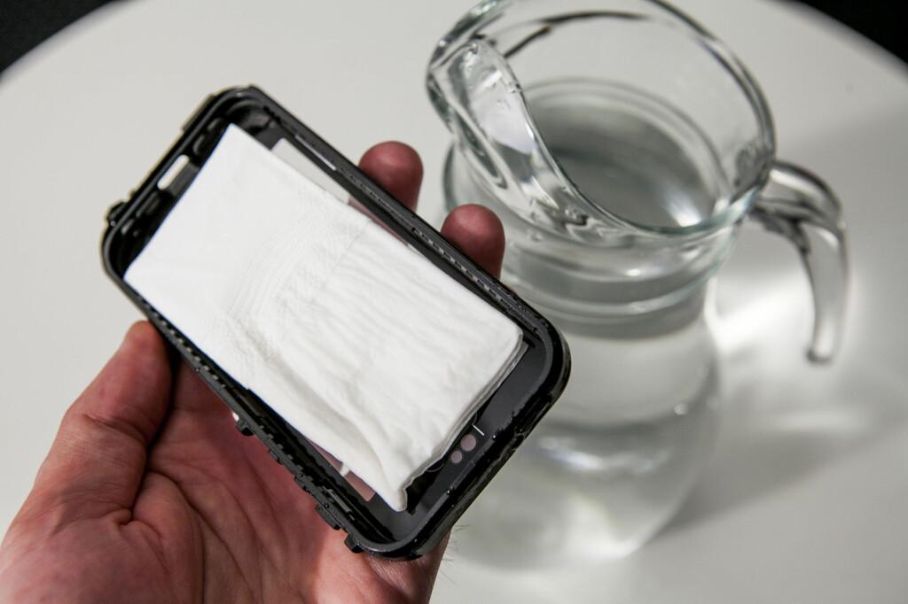 Før vi la iPhonen i vann hadde vi en testrunde med kun papir i dekselet, og det var lurt. Vi hadde nemlig slurvet når vi satte delene sammen, slik at det piplet vann.  Foto: Per Ervland