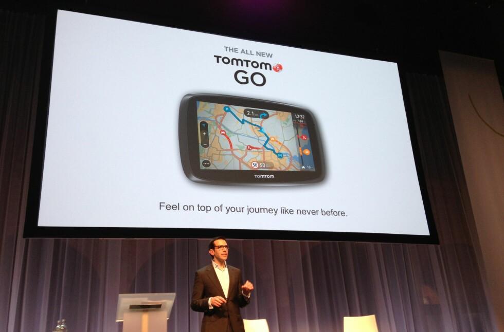 Med blant annet den helt nye Go tror TomTom at de har knekt koden for å få nye kunder blant folk som aldri har vurdert GPS-mottaker før. Markedssjef Gary Raucher viser her fram den nye TomTom Go. Foto: Bjørn Eirik Loftås