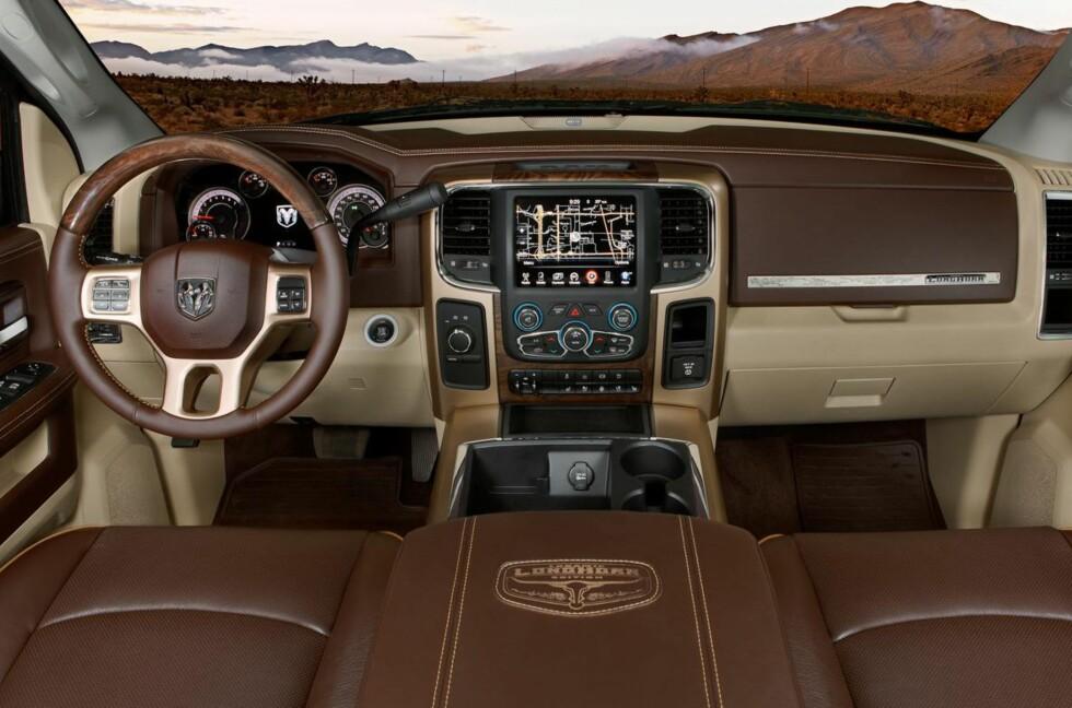 """Blir det mer amerikansk? I hvert fall er interiøret i nye Ram (""""truck""""-merket til Chrysler, tidligere kjent som Dodge Ram hos oss), kåret til et av de ti beste av Wards. Men syv av de andre vinnerne var asiater - ingen fra Europa! Foto: Chrysler"""