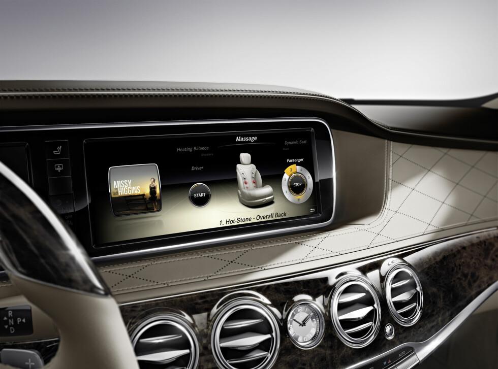 Her er ett av de to displayene. Dette displayet kan vise film, navigeringskart og annet. Foto: Mercedes-Benz