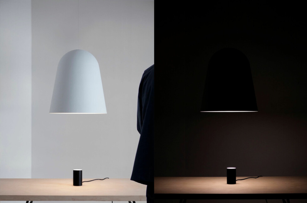 Coherence Light, der den store lampeskjermen ikke har noen lyskilde, men speiler lyskilden som er plassert på bordet. Foto: Kalle sanner og Daniel Rybakken