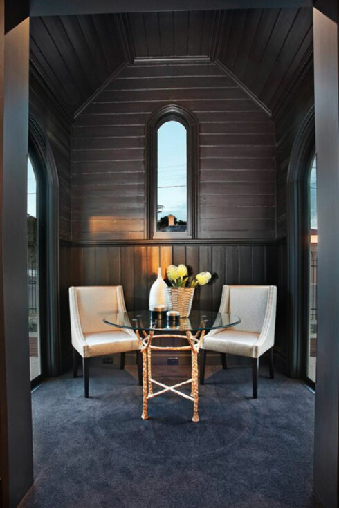 NESTEN KIRKELIG: Dette oppholdsrommet er kanskje det rommet som best formidler at eneboligen tidligere har vært en kirke. Foto: Bagnato Architects