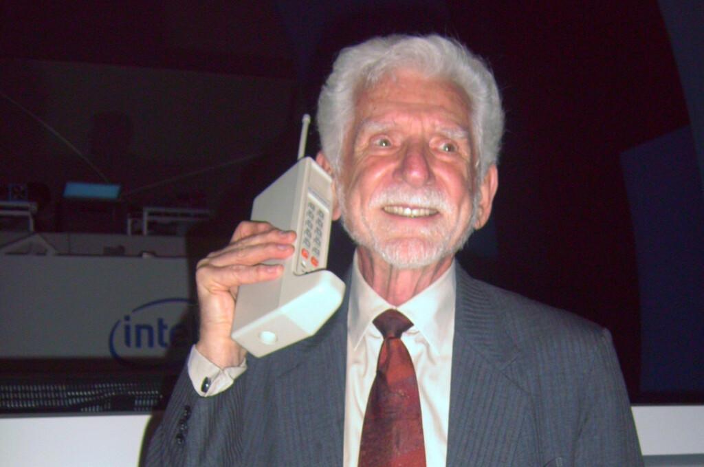 """Motorola DynaTAC ble kalt """"sko-telefonen"""" fordi den lignet på en støvel. Her er Martin Cooper, mannen som gjennomførte den første samtalen for 40 år siden.  Foto: Rico Shen/Wikimedia Commons"""