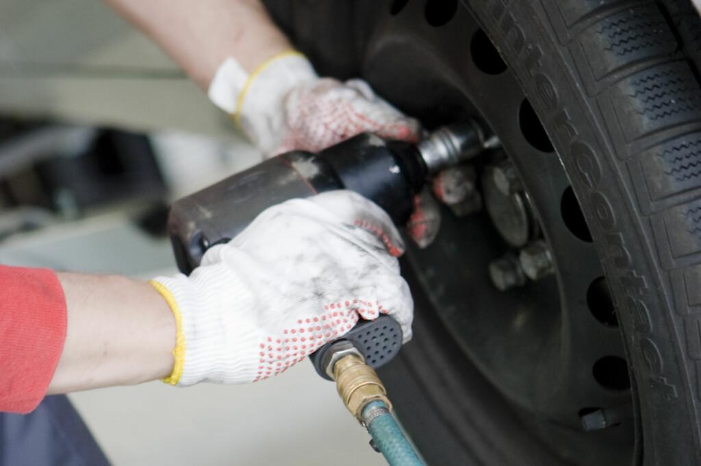 Boltene skal verken skrus for hardt eller for løst på. Foto: Colourbox.com