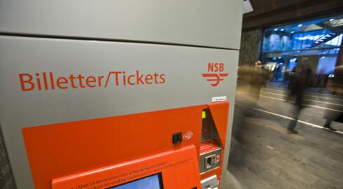 HALVE JOBBEN: Å kjøpe billett er bare første steg på veien til å ha en gyldig billett. Den må stemples også, og da må du være i en betjent vogn.  Foto: Per Ervland