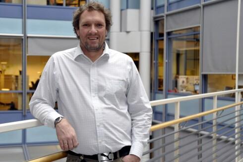<strong>VURDERER SLETTING:</strong> Kommunikasjonsrådgiver Håkon Myhre i NSB sier de vil vurdere å slette gebyrene, men kan ikke love noe.  Foto: NSB