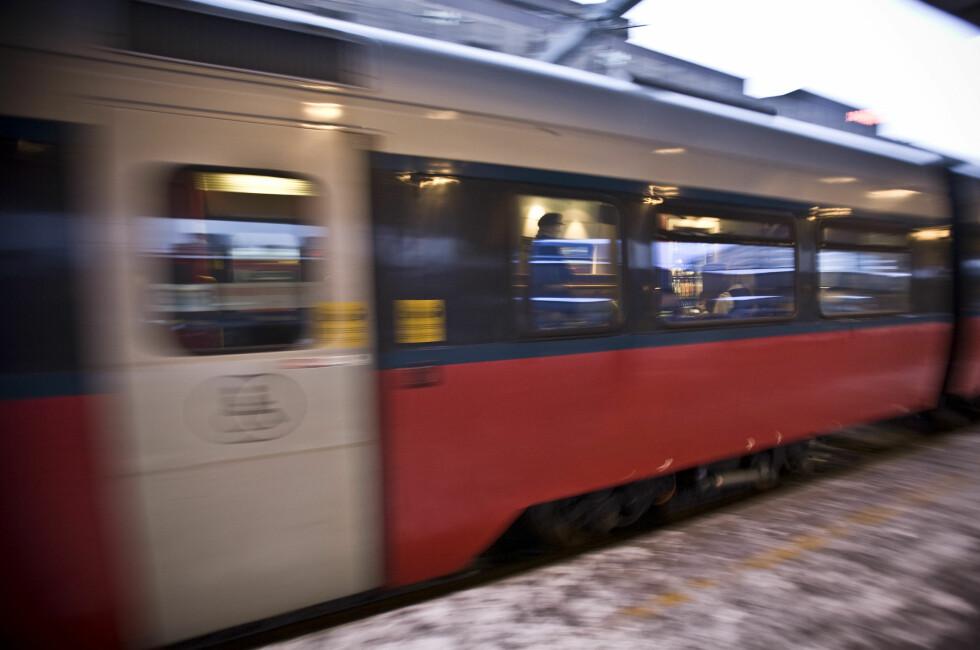 FORT FOR SEG: Å rekke et tog kan by på stress, og det er ikke alltid like lett å komme seg på riktig vogn. Men går du på ubetjent vogn med ustemplet billett, kan du få bot.  Foto: Per Ervland