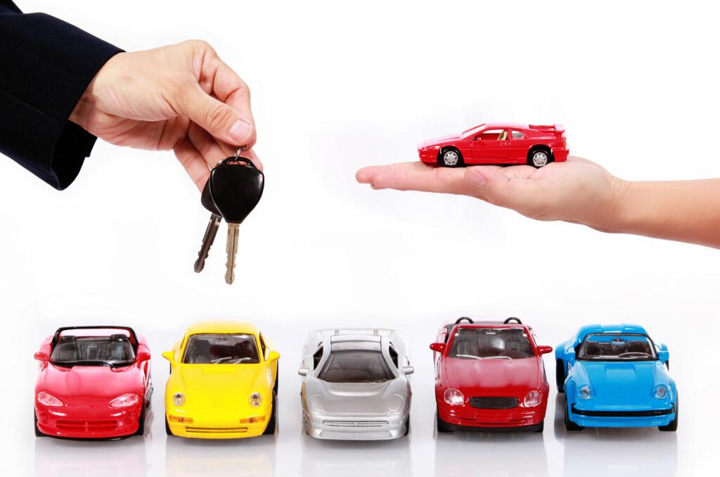 DYRT: Å omregistrere en bil i Norge kan koste deg dyrt. Mange partier vil ha omregistreringsavgiften ned, mens Venstre vil ha den flat.  Foto: COLOURBOX.COM