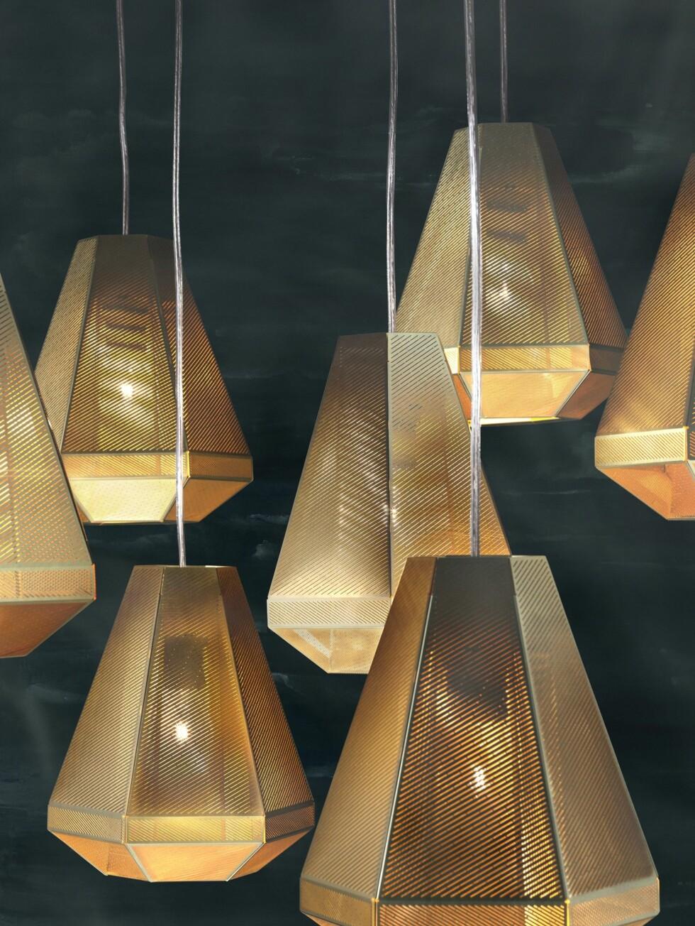Cell- lampene kan fint brukes alene, men egner seg også spesielt godt sammen, slik flere av Dixons lamper gjør. Lampene er laget av flere lag av etset og polert messing, og kan minne i overflaten om Etch-lampene fra i fjor, som blant annet kan ses på Stordalens nye hotell The Thief på Tjuvholmen. Foto: Tom Dixon