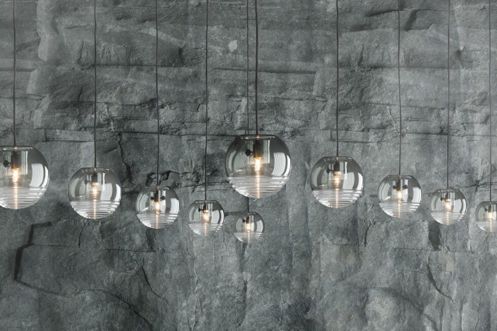 Flask taklampe er laget av to ulike glasskupler som er satt sammen.  Foto: Tom Dixon