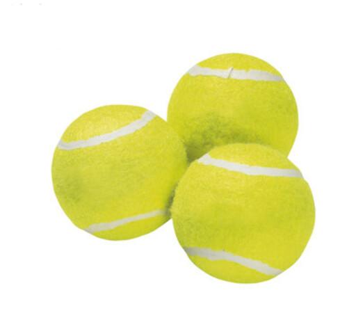 Et par tre tennisballer i tørketrommelen sørger for at du kan ta en fluffy dyne ut av trommelen i stedet for en tung sak der dunene har klumpet seg sammen. Du får kjøpt tennisballer eller andre tøyballer rimelig, som disse til 10 kroner fra Jysk. Foto: Jysk