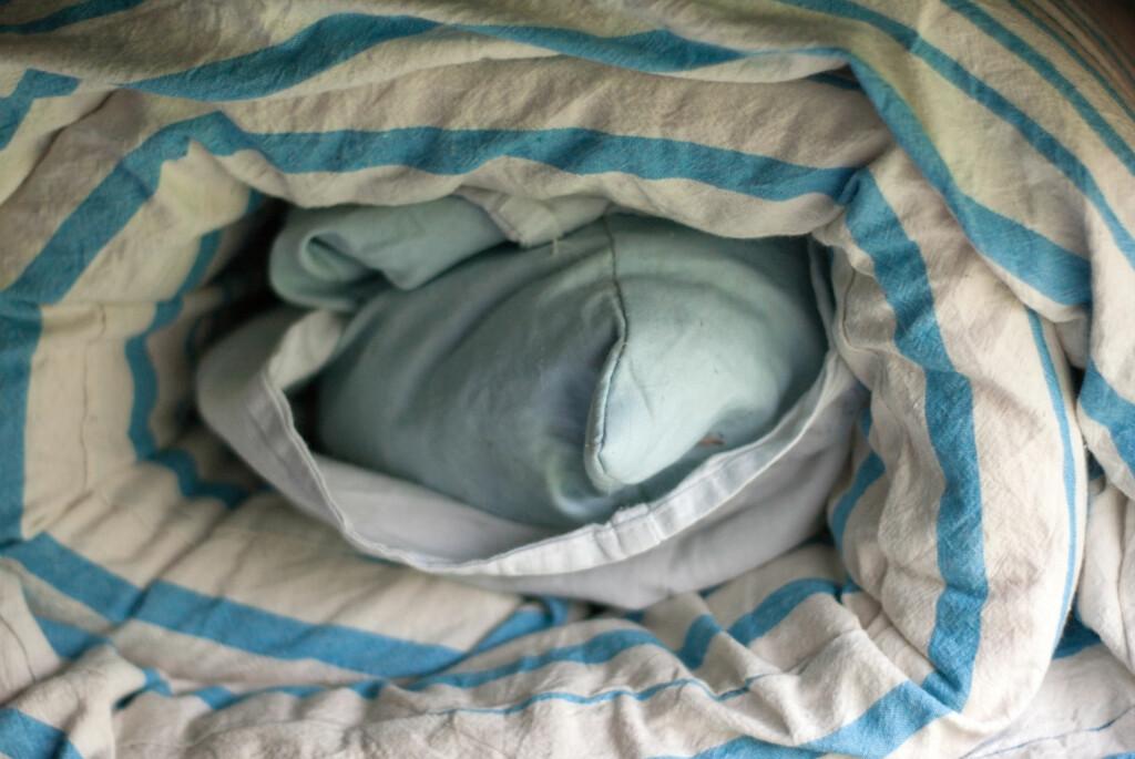 Det er ikke bare sengetøyet som bør vaskes. Dyner og puter bør også få seg en omgang i vaskemaskinen med jevne mellomrom. Foto: colourbox.com