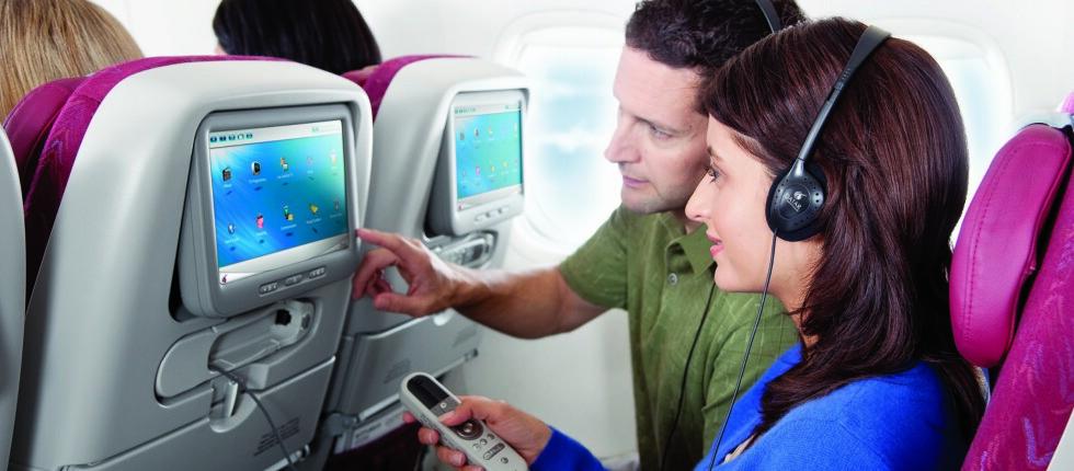 Skytrax lanserer ny videoguide til all verdens flyselskaper. Den kan du bruke til å sjekke ut hva du kan forvente deg av komfort og service ombord og på flyplassene. Bildet viser underholdningstilbudet på Qatar Airways, som er et av få flyselskaper med topprangeringen fem stjerner i Skytrax' kåring. Foto: Qatar