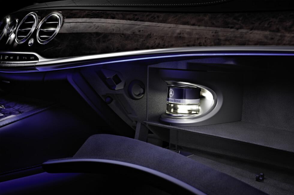 Denne innretningen, plassert i hanskerommet, skal sørge for at bilen lukter godt. Foto: Mercedes-Benz