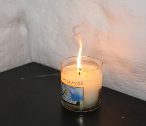 Glem heller ikke å klippe veken underveis. Blir den for lang, vil lyset brenne med flakkende flamme, og du får sotflekker i tak eller på veggen. Foto: Elisabeth Dalseg