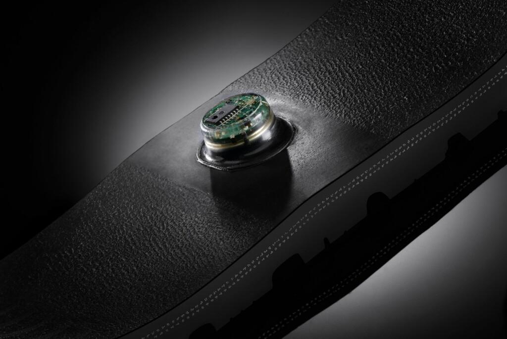 Denne sensoren måler dekkets kontaktflate, og kan kalkulere hvor mye bilen din veier. Foto: Continental