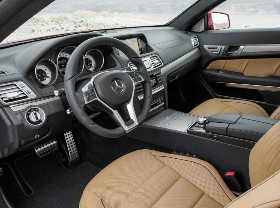 Mercedes-Benz E 500 Coupé mit AMG Sportpaket, (C 207), 2012, Lack: feueropal, Ausstattung: Leder Nappa schwarz/ porzellan