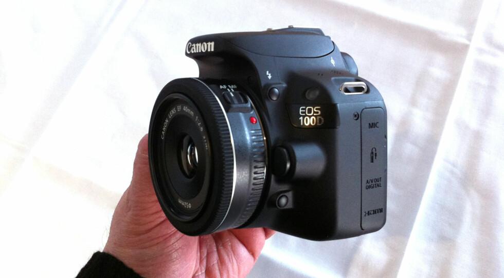 EOS 100D er svært kompakt og lett Foto: Brynjulf Blix