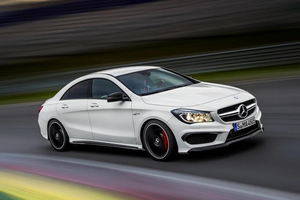 ALLEREDE PÅ VEI: Nye Mercedes CLA kommer i versting-utgaven 45AMG, og det er ikke lenge til. Bilen skal vises på bilutstillingen i New York, men bildene har lekket ut i forkant av den offisielle introduksjonen. Foto: Mercedes-Benz