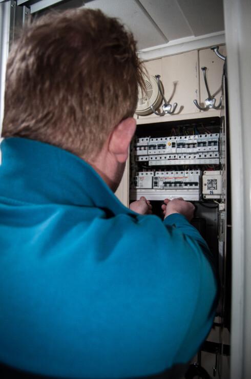 Elkontrollør Stefan Larsen sjekker at alt sitter som det skal. Ledninger og skruer blir også sjekket. Foto: Gaute Beckett Holmslet