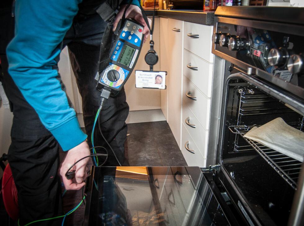 Her sjekker elkontrolløren om stekeovnen er jordet. For at den skal være det må den være tilkoblet en jordet stikkontakt. Foto: Gaute Beckett Holmslet